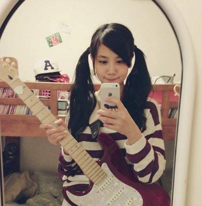shimizu_fumika_guitar_with_mirror